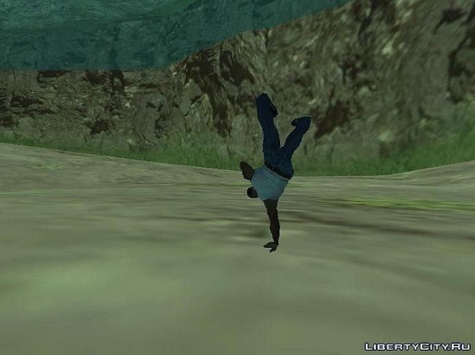 Танцует под водой.