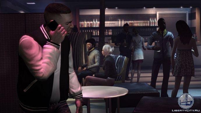 Луис говорит по телефону