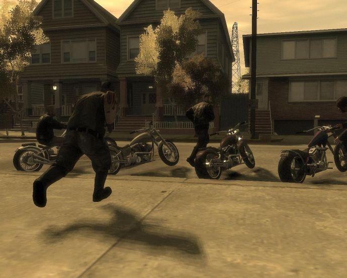 Байкеры бегут к мотоциклам